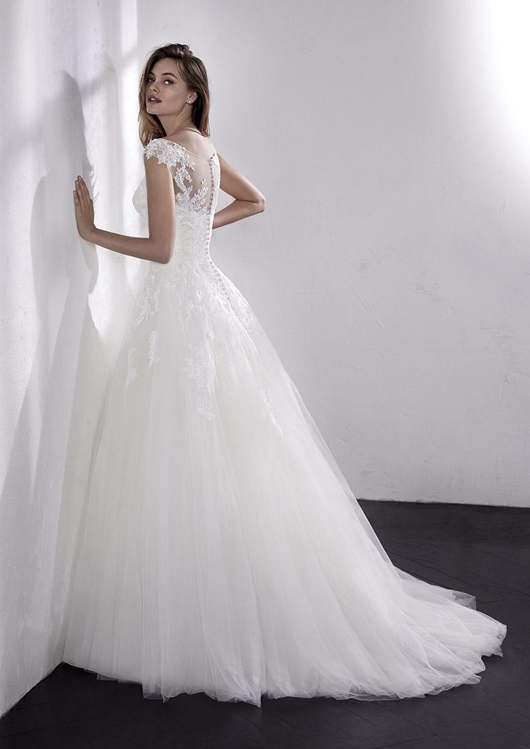 ebd9757cd511 Tieto úchvatné elegantné šaty prepracované do posledného detailu z Vás  urobia hviezdu Vášho rozprávkového svadobného dňa.